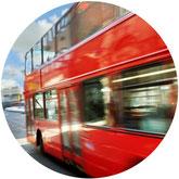 Ein roter Reisebus unterwegs mit einer Schulklasse auf Klassenfahrt. Gut geschützt mit einer Klassenfahrt-Versicherung der ERGO Reiseversicherung.