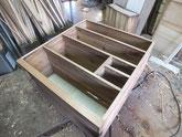 時代箪笥の棚板、胴縁は欠けや凹みが多いため新しい木を貼ります。