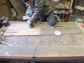 水屋戸棚の棚板、天板、側板などの汚れをサンダーでとります。
