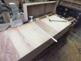 引出の底板割れに埋め木を入れ割れを直します。