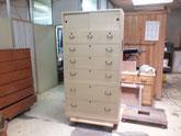 桐箪笥の引出取っ手金物、側板金物を打ち完成です。
