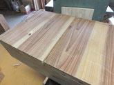 引出の底板割れに埋め木をして修理します。