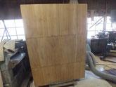 桐たんすの裏板の割れに埋め木をして修理します。