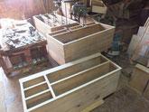 桐タンス本体の胴縁、棚板を削り付け新しい桐を貼りました。