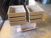 桐箱の引出に砥の粉の下塗り後、ヤシャ仕上げをして乾燥させています。
