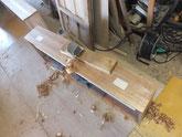 穴埋めをした前板を鉋がけして新しい柾桐をはります。