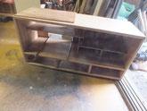 上置き棚が剥がれているため、裏板を剥がし接着修理をしています。