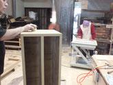 本体側板と引き戸の戸枠のロウ磨きをしています。