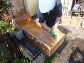 桐箪笥の引出を荒洗いして洗剤洗い天日に干し乾燥させます。