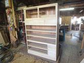 胴縁を側板の鉋がけをして積み上げ新しく貼った柾板引出しを仕込み始めました。