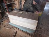 総桐箪笥の下台が組立終わり裏板を木クギで打っています。