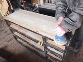 表面に厚く塗られた塗膜をサンダーにて取り白木地を出します。