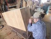 桐たんす昇りの側板に鉋をかけ古い所を一枚剥きます。