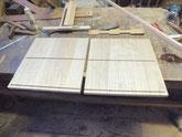 箪笥の側板に棚板を付けるための溝堀をしています。