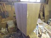 総桐箱を製作しています。裏板は長持の天板の所を使っています。