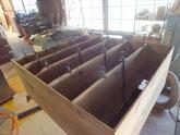 バラバラになった棚板にのりを入れ棚板を固めます。