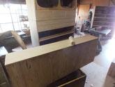 本体と引出前板など木地調整を終えた面にカルカヤをかけ柾目を立てました。
