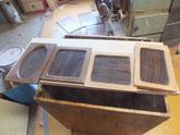 茶箪笥の引き戸の枠を鉋がけして白木地を出しました。