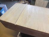 桐たんすの底板の割れに新しい木を埋め込み割れ修理をします。