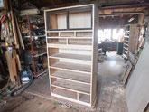 二本目の時代箪笥の胴縁、棚板の新しい木が貼れました。