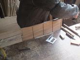 側板の溝付きと棚板接合部の刻みをしています。