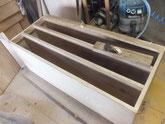 新しい桐を貼る為に胴縁、棚板に鉋をかけ接地面を作ります。