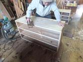 桐タンス本体胴縁、棚板に新しい桐を貼り目地払いをして側板を削りました。