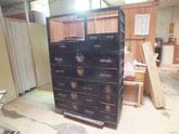 三段重ねの箪笥の天板、棚板、仕切り板の剥がしが終わり後は本分解です。