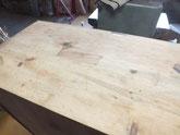 天板に埋め木をして表面の塗膜を取りました。