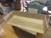 引出前板を外し内部の汚れをサンダーにて取り新しく作る前板に付けます。