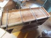 桐タンス本体の底板の割れを糊にて固めています。