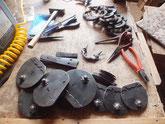時代箪笥の引出の鍵金物と取っ手金物を叩き磨いて色塗りの準備をします。