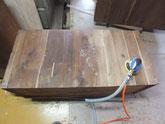 桐タンス本体の裏板の埋め木修理後の汚れ取りです。