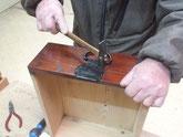 時代箪笥の引出取っ手と鍵金物を打っています。