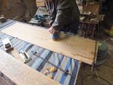 天板、側板、棚板などの汚れ落としが終わり仕上げ磨きに入りました。