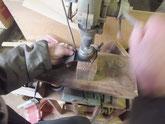 叩き伸ばした飾り金物、取っ手金物についている錆などを削り取ります。