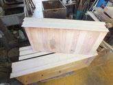 大引の柾板貼りの準備を始め柾板を引出に合わせています。