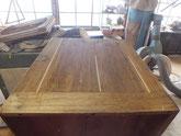 桐タンス本体の側板の割れが多く桐を隙間に埋め修理します。
