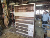 小引出しは柾板が貼り終えてたので仕込み始めました。