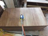桐タンス本体の裏板の割れに埋め木修理をして汚れを落としています。