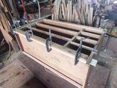 胴縁、棚板を鉋にて削り接地面を作り新しい桐を貼ります。