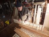 長持ちの桐材を使い桐たんすを作ります。材は引出の先板に使います。