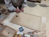 引戸に新しく作った桐板を取り付け新しい引戸金物を取りつけます。