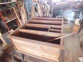 時代箪笥の前面胴縁、棚板を鉋がけして新しい板を貼る準備をしました。