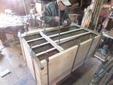 本体の胴縁、棚板を鉋かけして接地面を作り新しい木を貼ります。