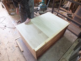 本体裏板を剥がし内部の汚れを取り新しい裏板を貼ります。