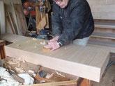 桐箪笥引出しの底板を削り出っ張りを取っています。