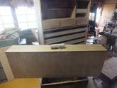 桐たんすの表面にカルカヤにて柾目を立てる為、板にこすりつけます。
