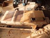 帳場箪笥の割れ直しが終わり鉋で木地を出しています。