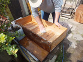 本巣市より修理依頼の桐たんすの引き出しの洗いをしました。